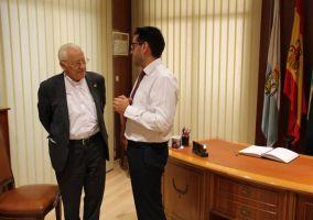 Ampliar información de El Alcalde recibe en el Ayuntamiento al Padre Ángel García, fundador de Mensajeros de la Paz