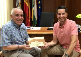 Ampliar información de El Alcalde homenajea a Miguel Ángel Miranda, que celebra sus Bodas de Oro sacerdotales.