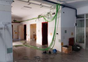 Ampliar información de Las obras de reforma de instalación eléctrica del Colegio Antonio Delgado Calvete avanzan a buen ritmo